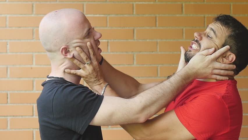 arkadaşını dövmek