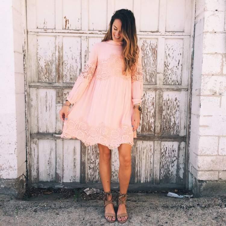 açık pembe elbise giydiğini görmek