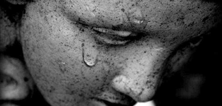 ağlayan birine sarılmak