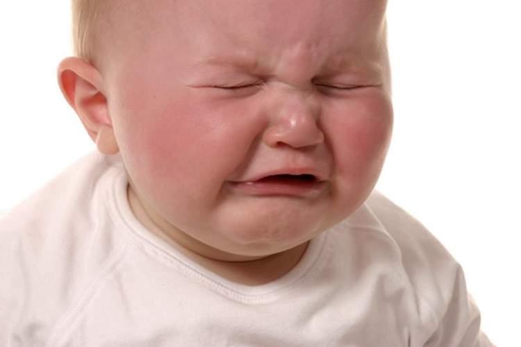 ağlayan erkek bebek görmek