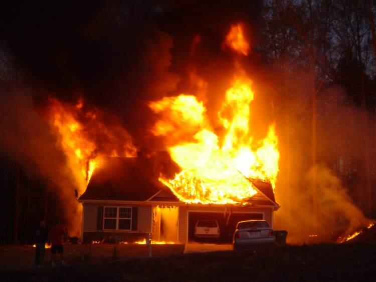 akrabanın evinin yandığını görmek