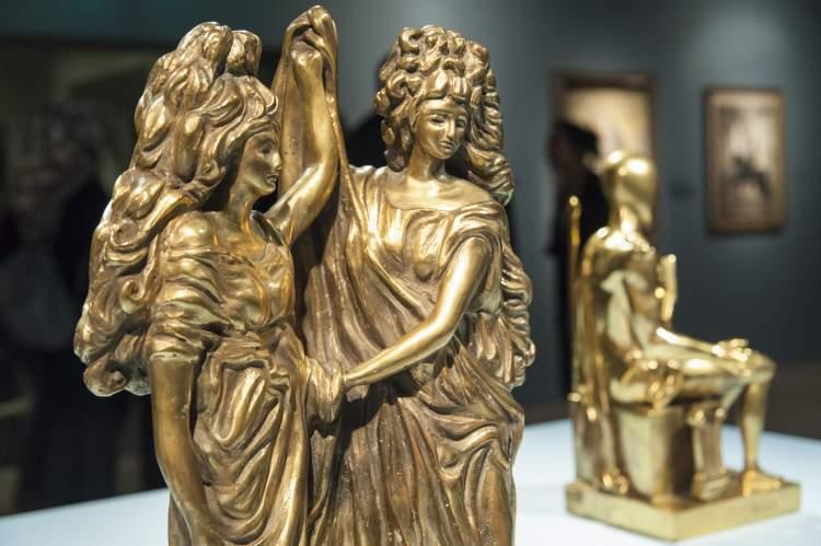 altın heykel görmek