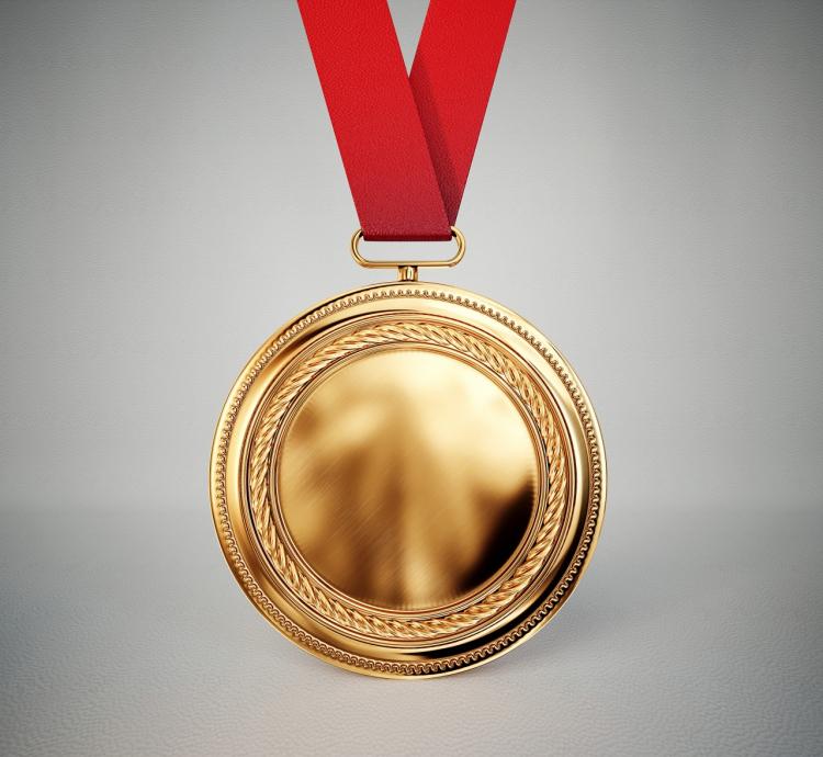altın madalya takılması