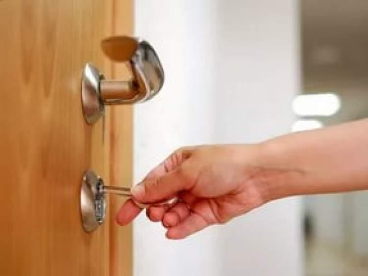 anahtarla kapı açmak