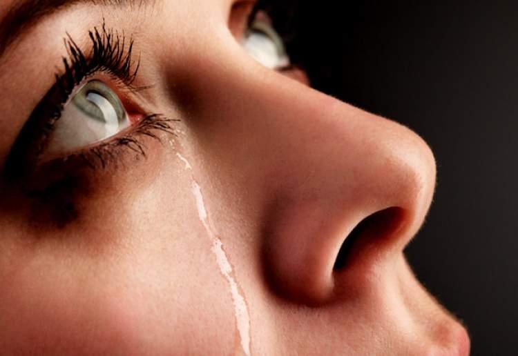 annesinin ağladığını görmek