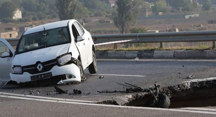 araba kazası geçirdiğini görmek