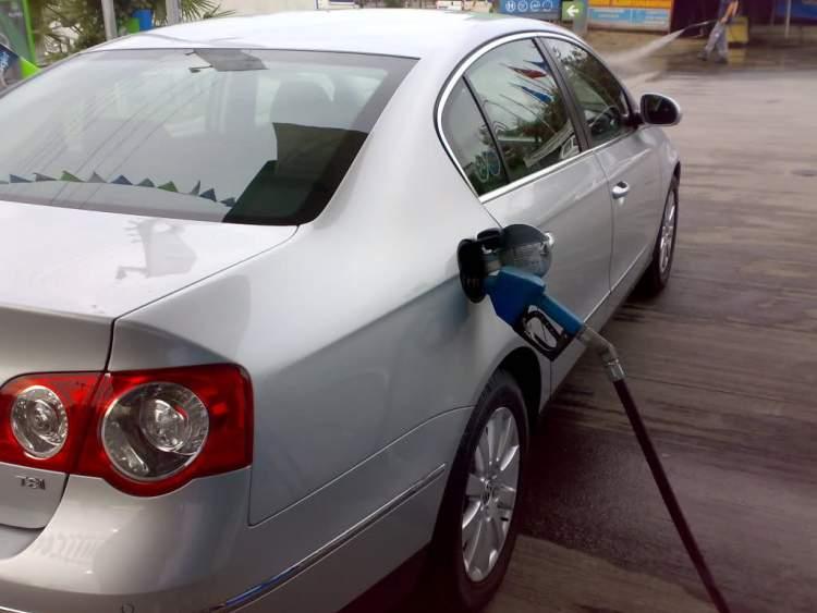 arabaya benzin doldurmak