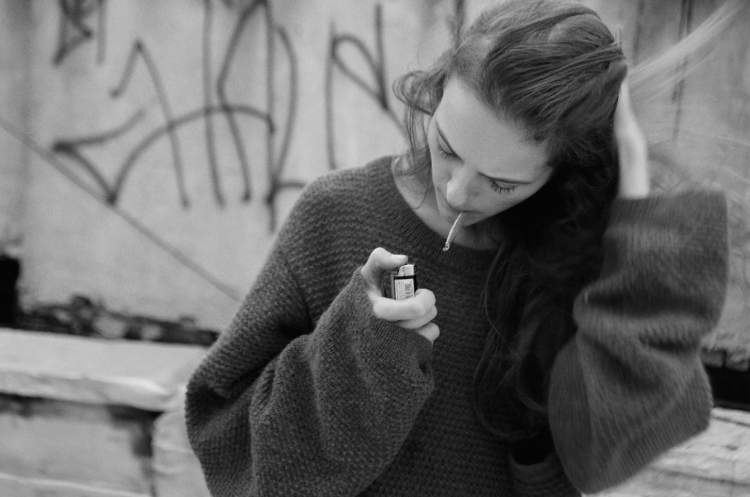arkadaşını sigara içerken görmek