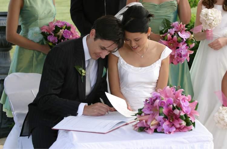 arkadaşının evlendiğini görmek