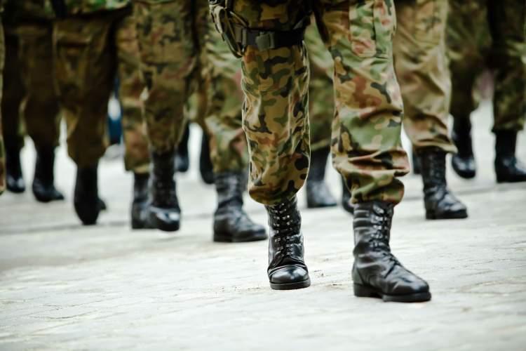 asker yürüyüşü yapmak