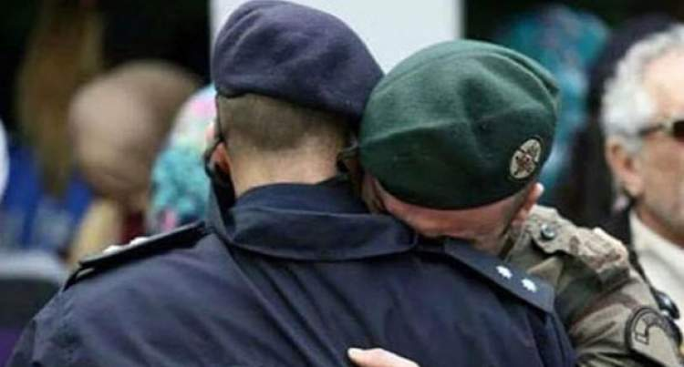 askere sarılmak