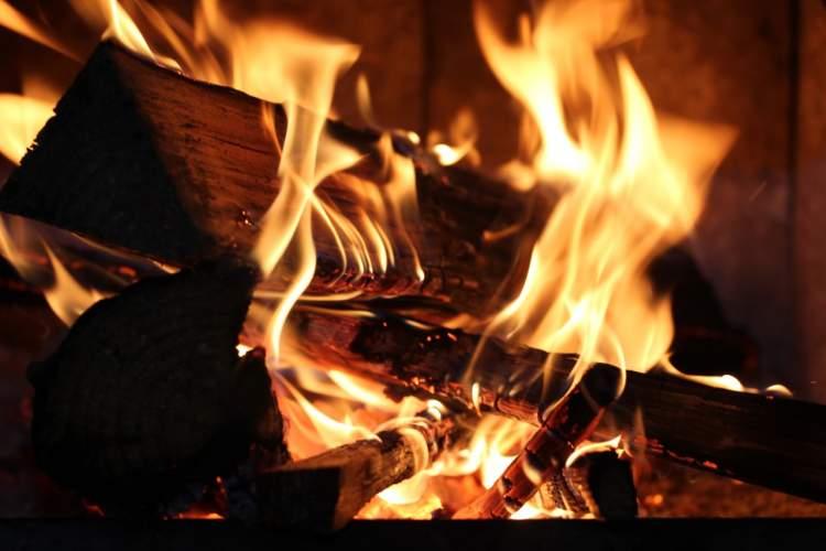 Rüyada Ateşe Odun Atmak