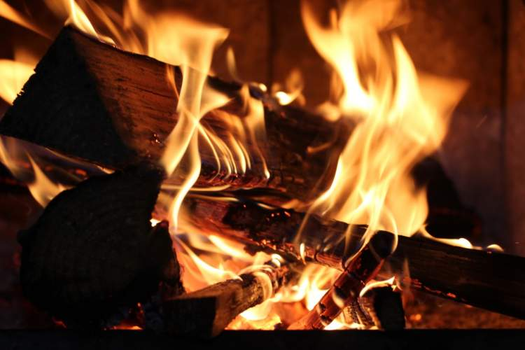 ateşe odun atmak