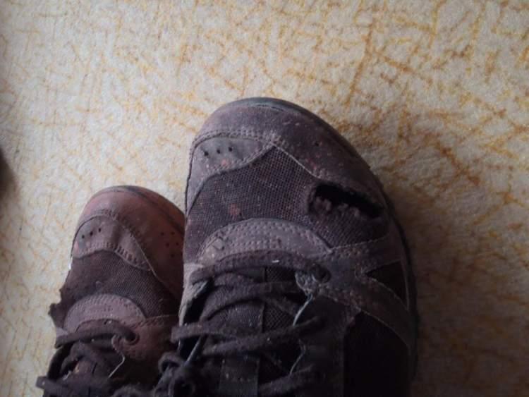 ayakkabının yırtıldığını görmek