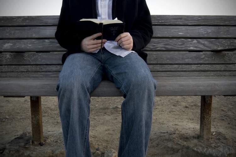 ayetel kürsiyi okuduğunu görmek