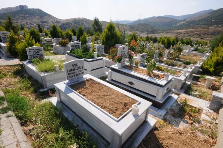 babasının mezarını görmek
