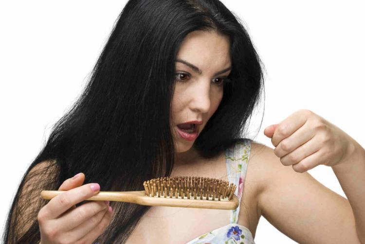 başkasının saç dökülmesi görmek