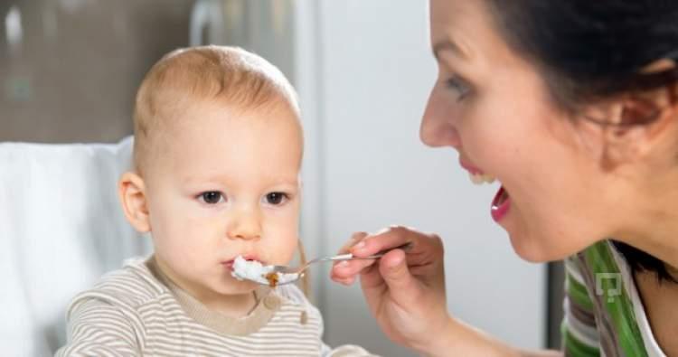 bebeğe mama yedirmek