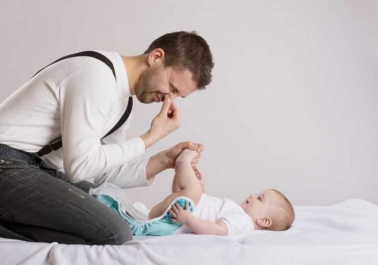 bebeğin kakasını temizlemek