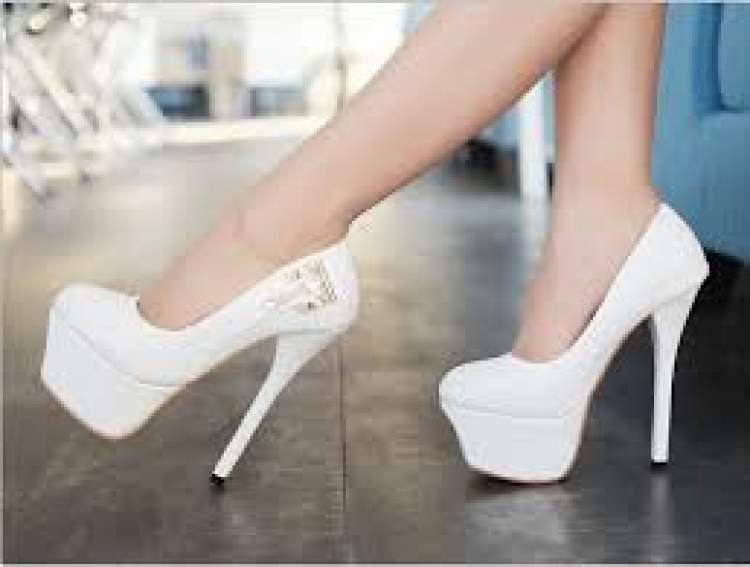 beyaz ayakkabı giymek
