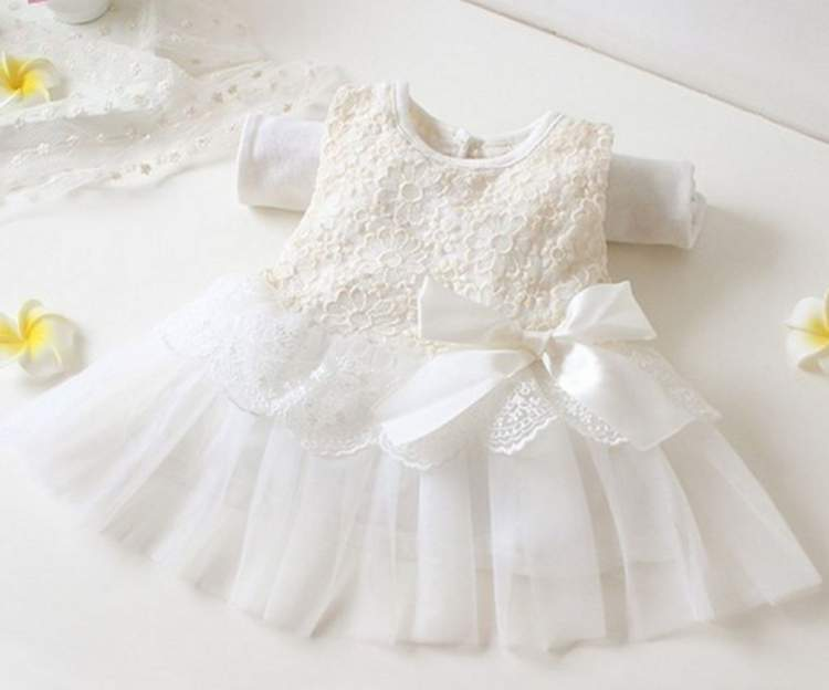 beyaz bebek kıyafeti görmek