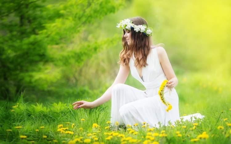 beyaz elbiseli kadın görmek