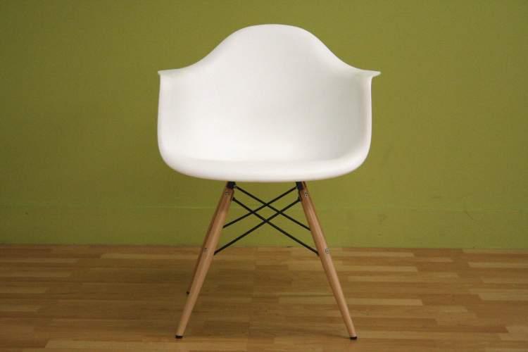 beyaz sandalye görmek