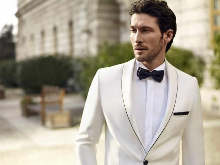 beyaz takım elbise giymek