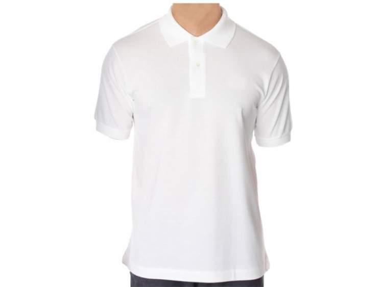 beyaz tişört giymek
