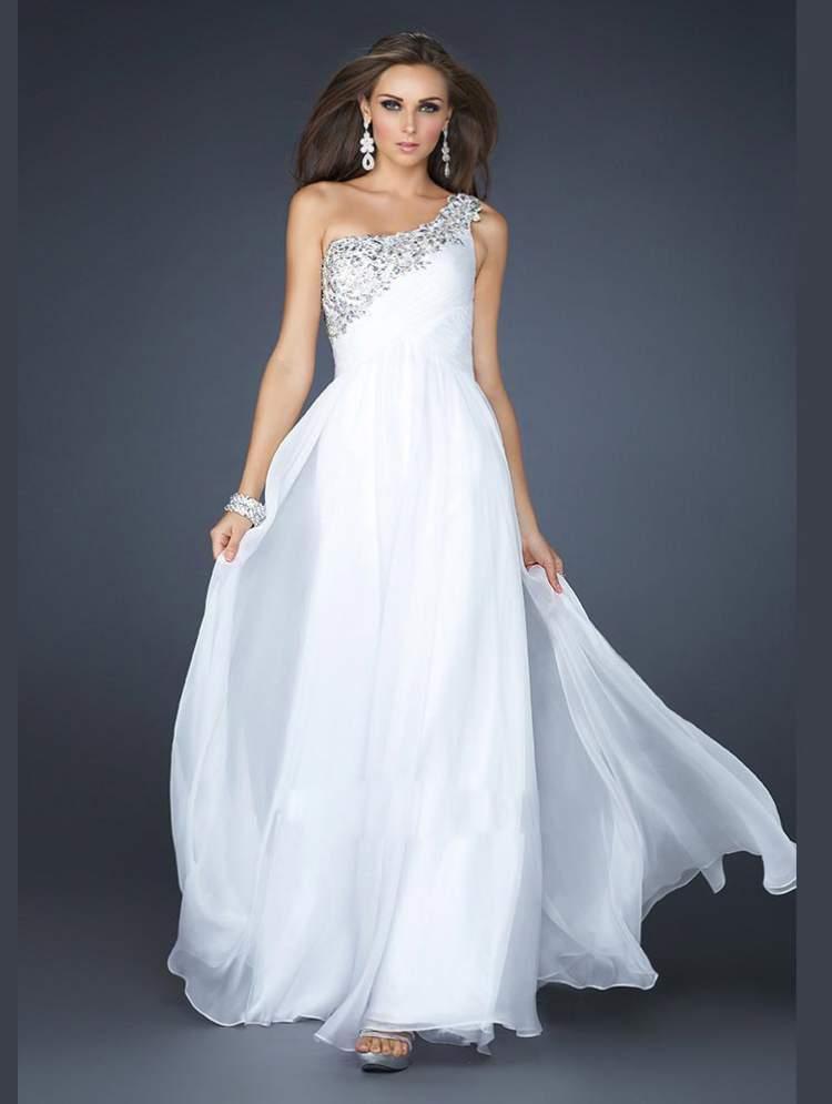 beyaz uzun elbise giymek