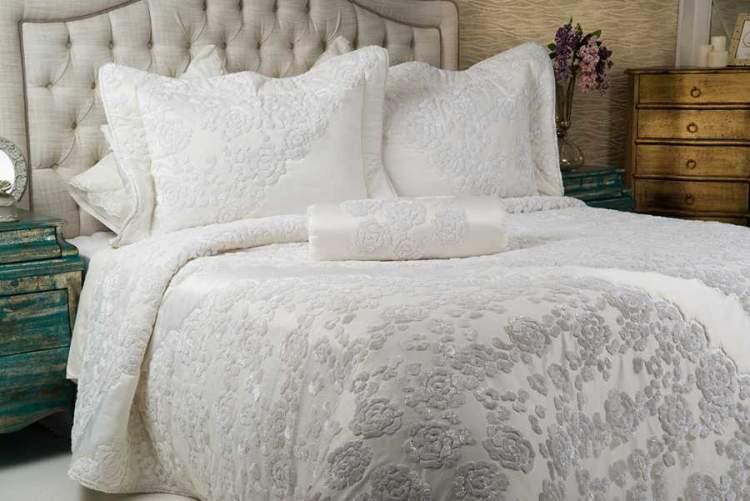 beyaz yatak çarşafı görmek