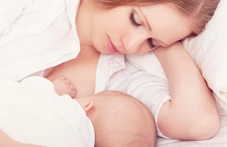bir bebek emzirmek