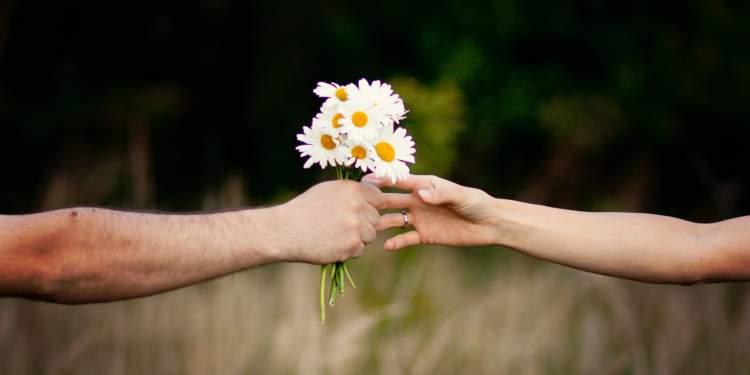 bir erkekten çiçek almak