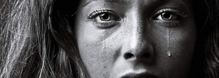 bir kadının ağladığını görmek