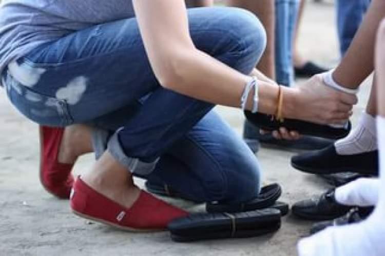 birine ayakkabı vermek