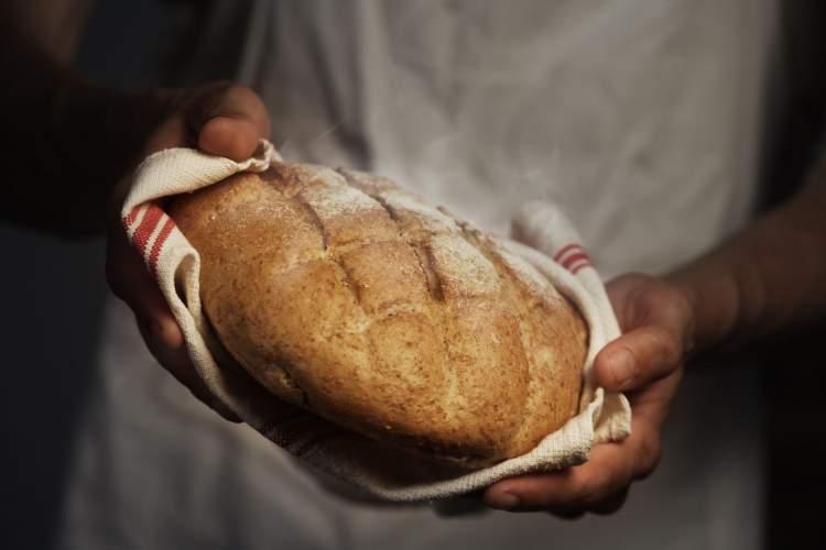 birine sıcak ekmek vermek