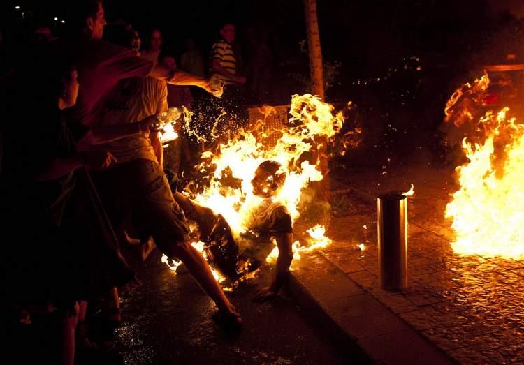 birinin ateşte yandığını görmek