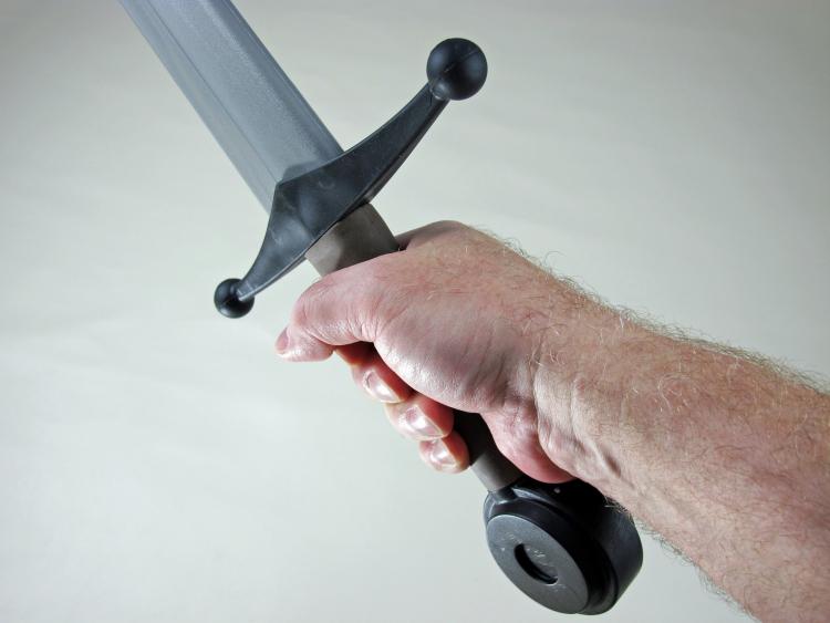 birinin elinde kılıç görmek