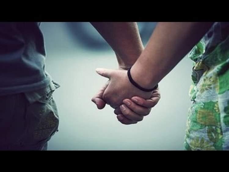 birinin elini tutmak