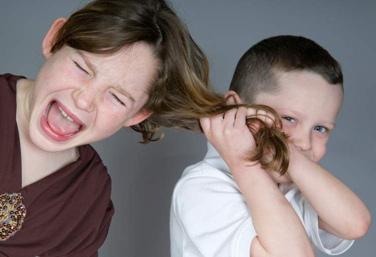 birinin saçını yolmak