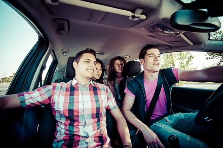 biriyle arabada gitmek