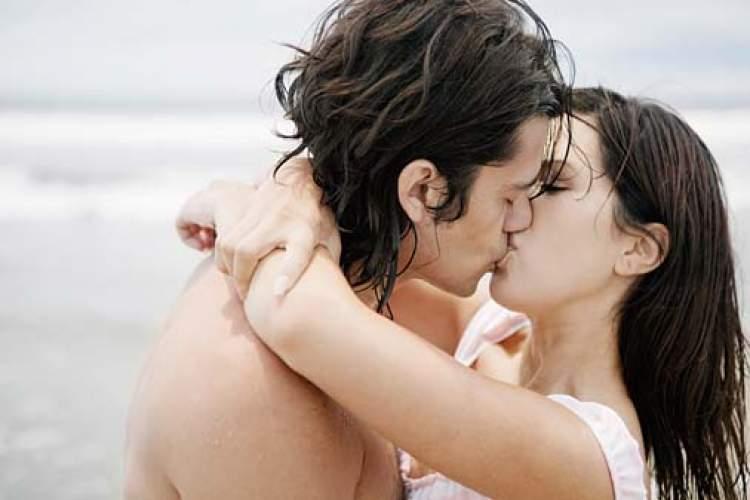 biriyle öpüşmek