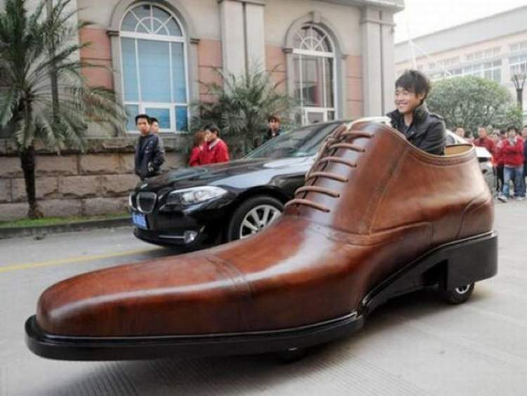 büyük ayakkabı giydiğini görmek