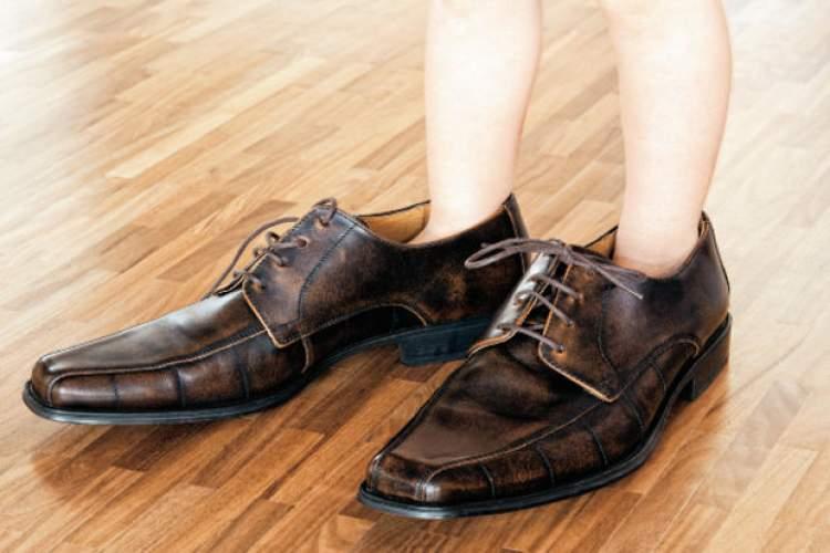 büyük ayakkabı giymek
