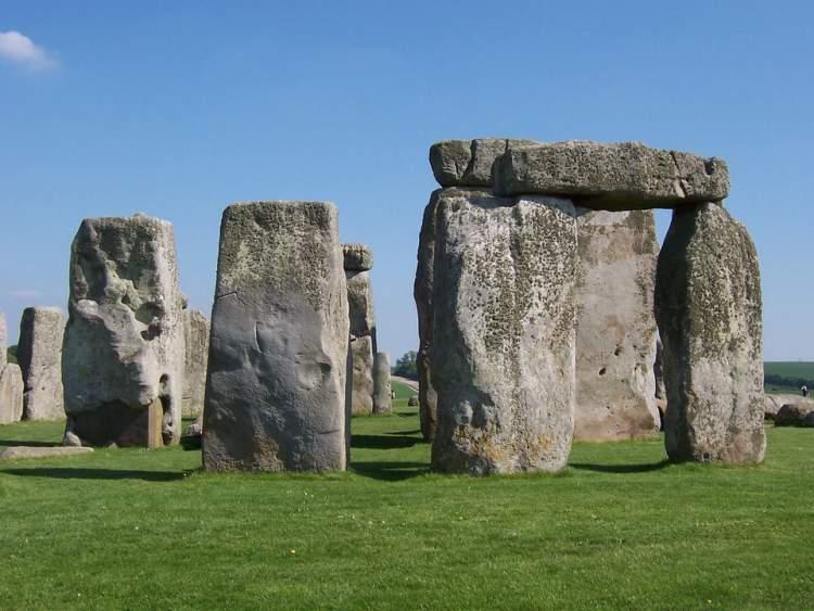 büyük taşlar görmek