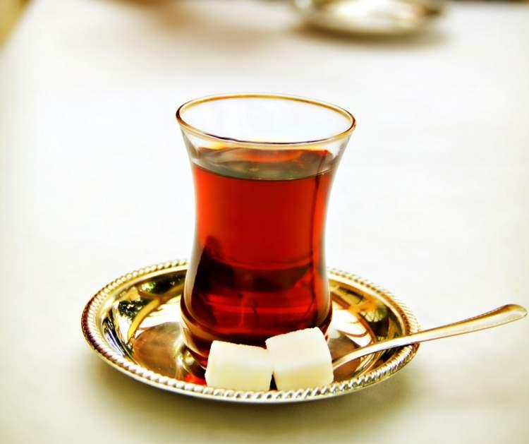 çay dolu bardak görmek