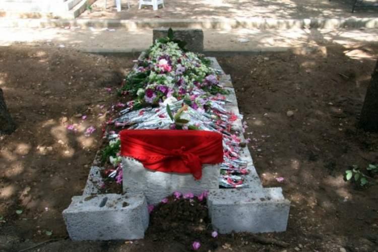 çiçekli mezar görmek