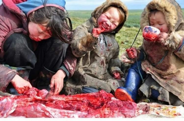 çiğ et yediğini görmek