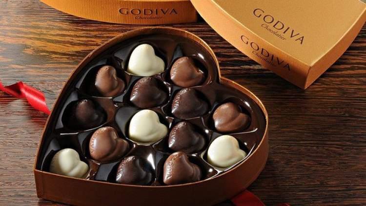 çocuğa çikolata vermek