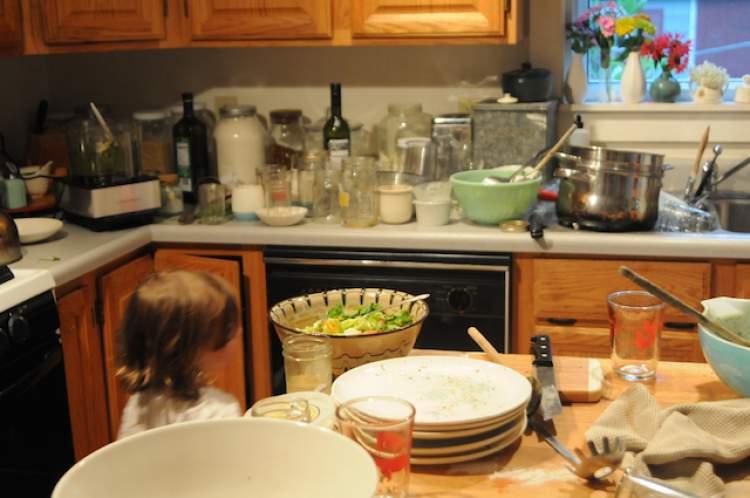 dağınık mutfak görmek